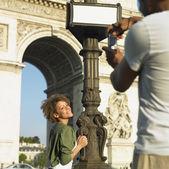 Man taking photograph of woman in Paris — Stock Photo