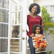 African American mother and daughter in doorway — Stock Photo