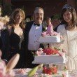 Hispanic girl cutting cake at Quinceanera — Stock Photo