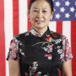 Senior mujer asiática frente a la bandera americana — Foto de Stock