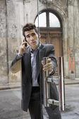 Homme d'affaires hispanique parler sur téléphone portable dans la porte — Photo