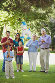 Familia hispana mirando a golpear la piñata — Foto de Stock