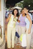 Ventana de mujeres hispanas holding bolsas de compras — Foto de Stock
