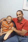 Африканский отец и сын в зал ожидания — Стоковое фото