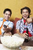 Dos hombres hispanos viendo la televisión — Foto de Stock