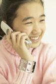Азиатская девушка говорить на мобильный телефон — Стоковое фото