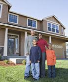 Afrikalı ailesinin evinin önünde poz — Stok fotoğraf