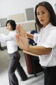 Mujeres empresarias asiáticas practicando tai chi — Foto de Stock