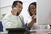 Dos empresarios trabajando en el escritorio — Foto de Stock