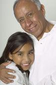Hispano abuelo y nieta abrazando — Foto de Stock