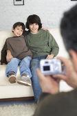 Hermanos hispanos que fotografía tomada — Foto de Stock
