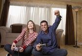 ヒスパニックのカップル ビデオ ゲームをプレイ — ストック写真