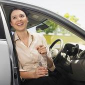 Euraziatische vrouw zitten in auto — Stockfoto