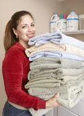Mujer hispana llevar toallas dobladas — Foto de Stock