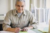 Architecte de mâle hispanique par écrit au bureau — Photo