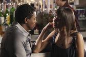 Afrikaanse paar praten op bar — Stockfoto