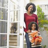 African American mother and daughter in doorway — Stock Photo
