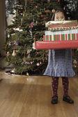 Hispanic girl holding Christmas gift — Stockfoto