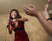 Asyalı kadının mikrofonla şarkı — Stok fotoğraf