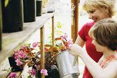 Anne ve kızı çiçek sulama — Stok fotoğraf