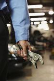 Garagiste mâles tenant vice poignées — Photo