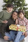 Hispano padre e hijos en navidad — Foto de Stock