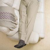Biznesmen r. na kanapie — Zdjęcie stockowe