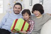 Hermanos hispanos con regalo de navidad — Foto de Stock