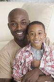 Afrikalı baba ve oğul sarılma — Stok fotoğraf
