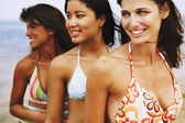 Trzy kobiety sobie kostiumy kąpielowe — Zdjęcie stockowe