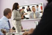 Les gens d'affaires multiethniques ayant la vidéoconférence — Photo