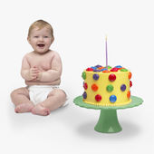 Baby next to birthday cake — Stock Photo
