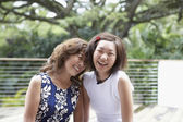 Asia madre e hija adulta al aire libre — Foto de Stock