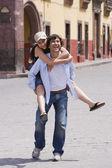 Hombre hispano dando novia caballito — Foto de Stock
