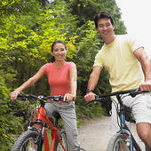 Couple riding bicycles on nature trail — Stock Photo