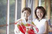 Asia madre e hija adulta arreglos flores — Foto de Stock