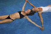Matka i córka dorosły pływających w basenie — Zdjęcie stockowe