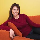 Donna ispanica, seduto sul divano — Foto Stock
