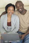 Retrato de pareja africana con el ordenador portátil — Foto de Stock