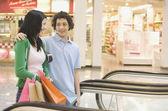 многоэтнического подростковой пара в торговом центре — Стоковое фото