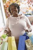 シニアのアフリカの女性の買い物袋を運ぶ — ストック写真