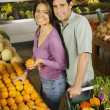 Hispanic couple shopping in grocery store — Stock Photo