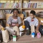 Multi-ethnic school children eating lunch — Stock Photo