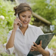 Hispanic businesswoman talking on cell phone — Lizenzfreies Foto