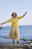 Günlük üzerinde duran afrikalı-amerikalı kadın — Stok fotoğraf