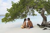 Coppia sudamericana seduta sulla spiaggia — Foto Stock