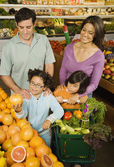 Hispanic family shopping in grocery store — Stock Photo