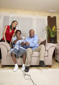 Afrikalı baba ve oğul video oyunları oynarken — Stok fotoğraf