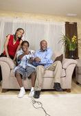 非洲的父亲和儿子玩视频游戏 — 图库照片