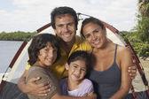 Família hispânica na frente da barraca — Fotografia Stock